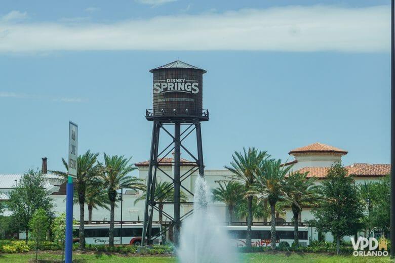 Caixa d'água com a logo de Disney Springs, que teve sua reabertura pós-pandemia antes dos parques.
