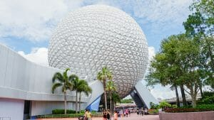 Imagem que mostra a bola do Epcot, em um dia de céu azul antes da pandemia.