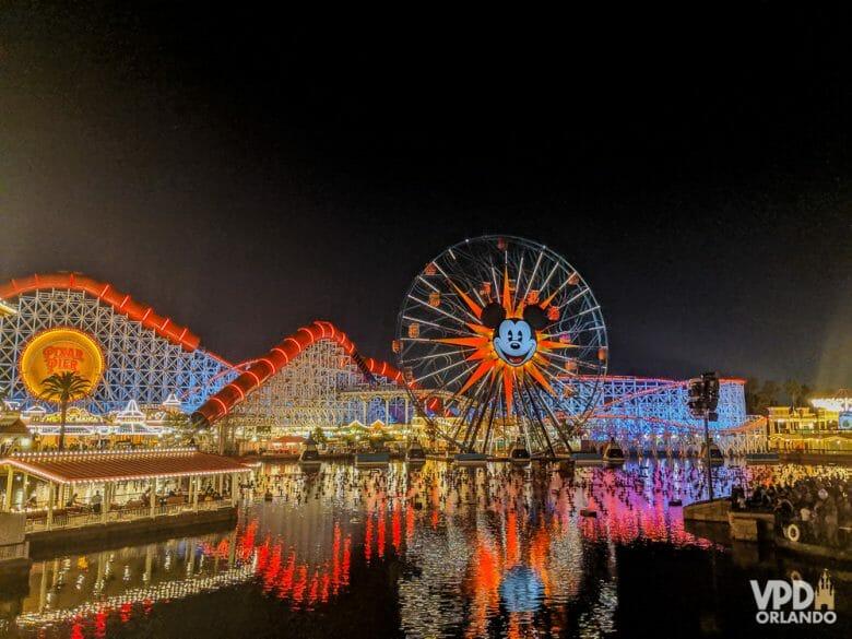 Imagem da roda-gigante do Mickey que fica no Disney's California Adventure à noite, com o parque todo iluminado.