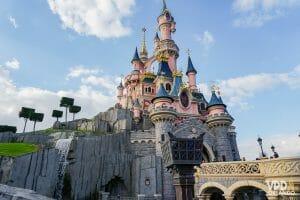 O castelo da Disneyland Paris, rosa com detalhes em azul