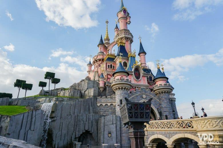Castelo da Bela Adormecida na Disneyland Paris. Os parques devem fechar novamente essa semana.