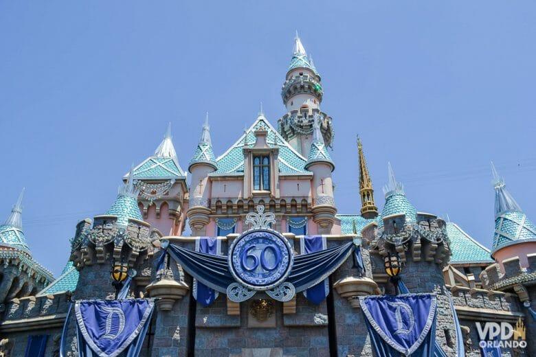Castelo da Bela Adormecida na Disneyland Califórnia, decorado para a comemoração dos 60 anos que aconteceu em 2015. Esta é a melhor referência de dureação da celebração que temos para imaginar como será os 50 anos do Walt Disney World em 2021.
