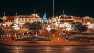 Foto do Magic Kingdom durante à noite, perto do fechamento. Algumas pessoas andam pela Main Street, mas o parque está bem vazio.