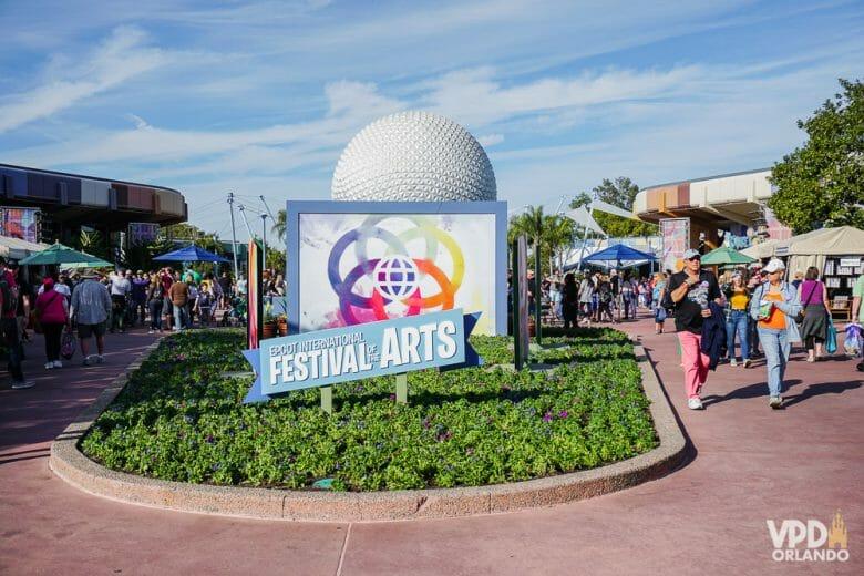 Imagem do parque Epcot durante o Festival of the Arts, um dos festivais oferecidos por este parque. A dica é evitar o Epcot nos finais de semana sempre que tiver algum festival.