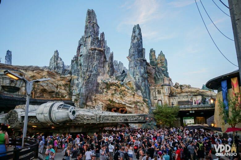 Imagem da fila enorme do lado de fora da atração da Millenium Falcon no Hollywoor Studios