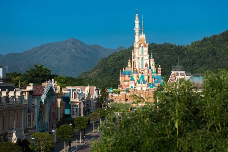 Novo castelo da Disneyland Hong Kong visto de longe.