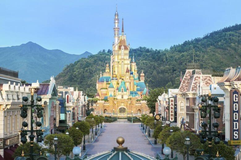 Novo castelo da Disneyland Hong Kong, em tons amarelos e alaranjados, com torres em diferentes estilos.
