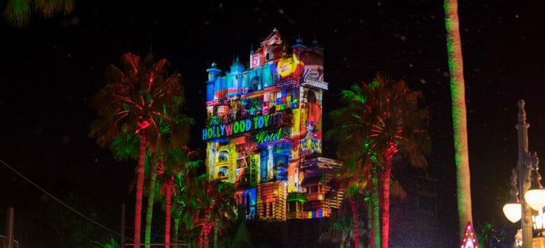 Projeções temáticas de Natal na Tower of Terror. Foto: Disney