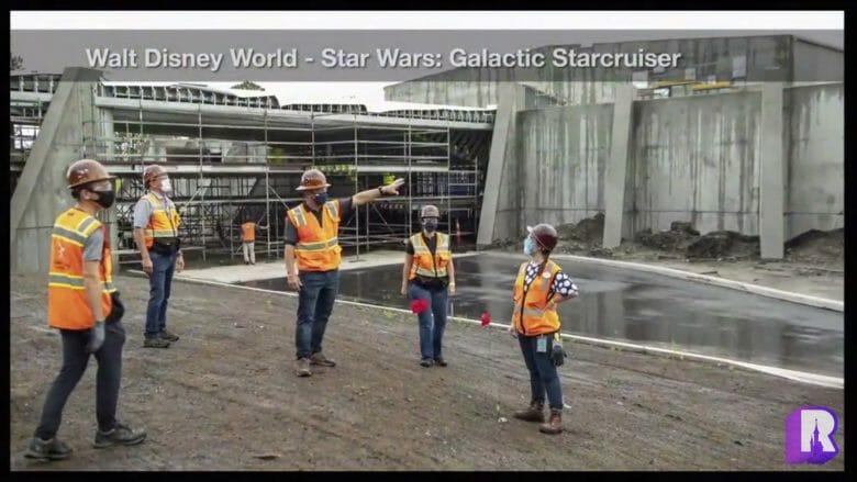 Imagem da construção do novo hotel de Star Wars, com cast members com roupas de segurança mostrando o andamento da obra.