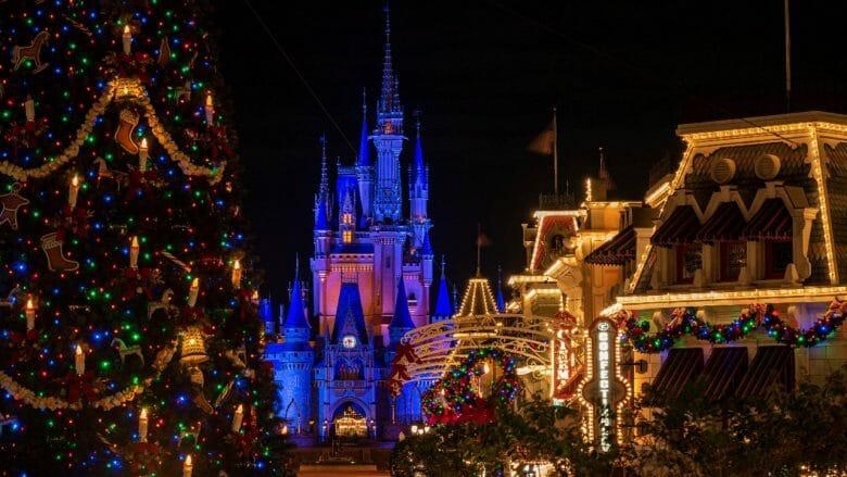 Imagem do Magic Kingdom enfeitado e iluminado para o Natal