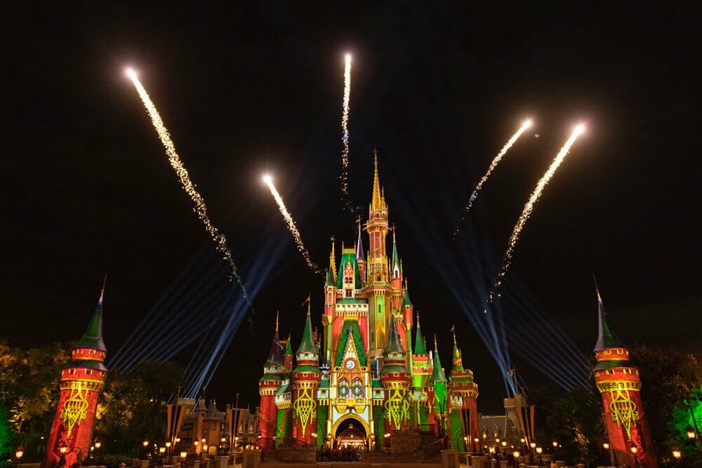Foto do castelo da Cinderela do Magic Kingdom durante um show de projeções e fogos