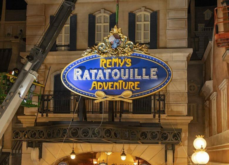 Fachada da Remy's Ratatouille Adventure , no Epcot, com uma placa azul, amarela e dourada