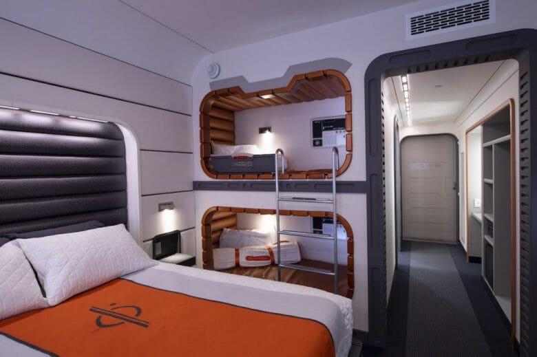 Quartos do novo hotel de Star Wars, com beliche e uma cama de casal.