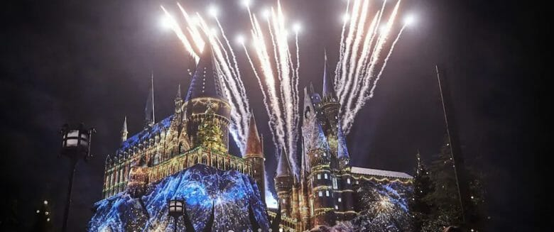 Show de Natal de Harry Potter, no Islands of Adventure, com projeções no castelo de Hogwarts e fogos