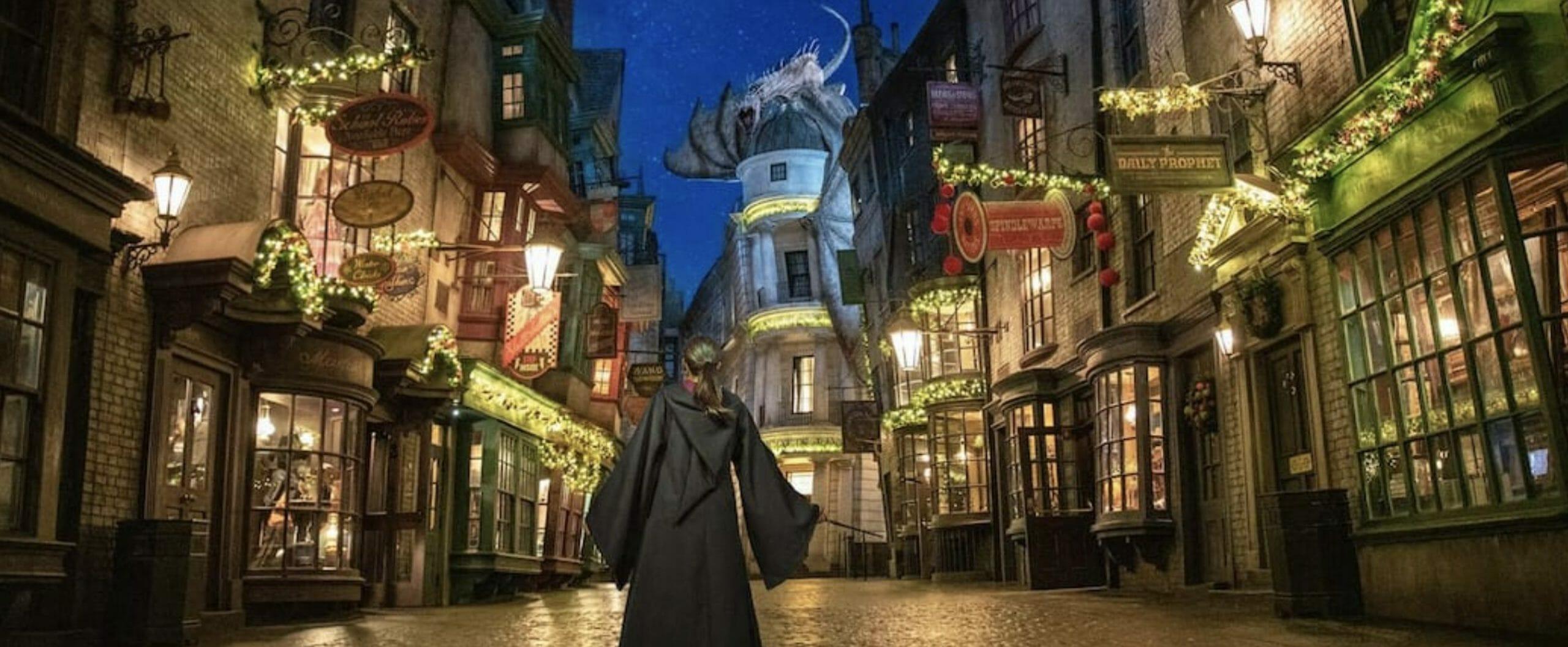 Imagem da decoração de Natal de Harry Potter no Beco Diagonal, na Universal Studios