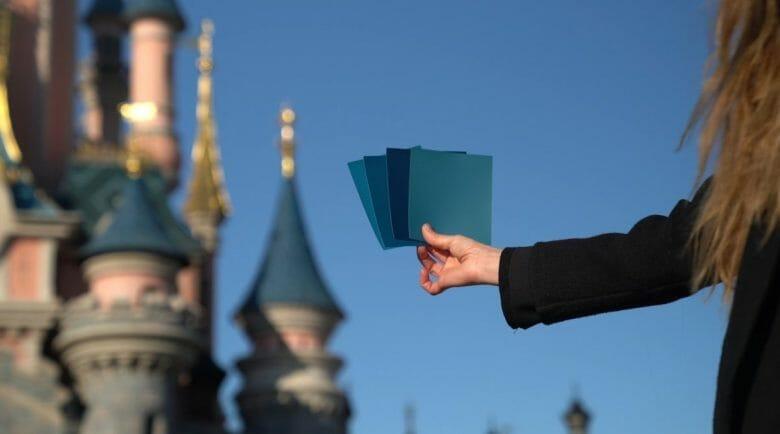 Foto de uma arquiteta segurando as amostras de cores para as torres do castelo