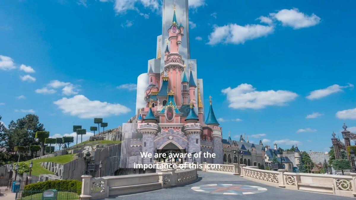 Foto do castelo da Bela Adormecida na Disneyland de Paris, pintado de rosa com detalhes em azul e dourado
