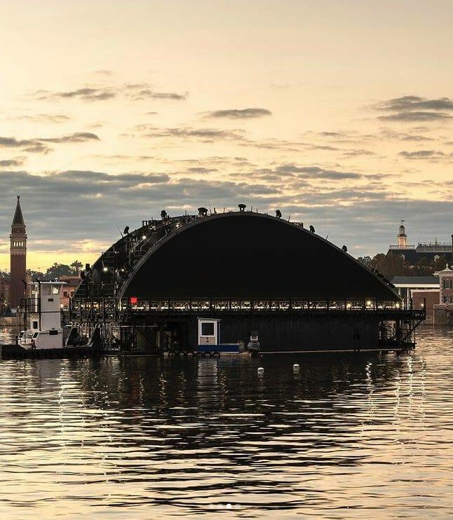Imagem mostrando a construção e instalação de uma das plataformas que farão parte do show Harmonious, no lago do Epcot.