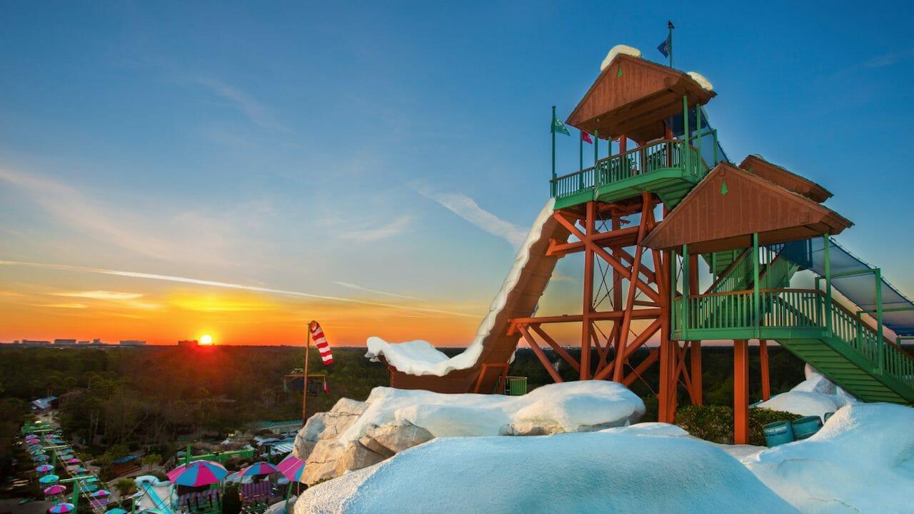 Foto do Blizzard Beach, com a estação de esqui e a neve falsa em primeiro plano