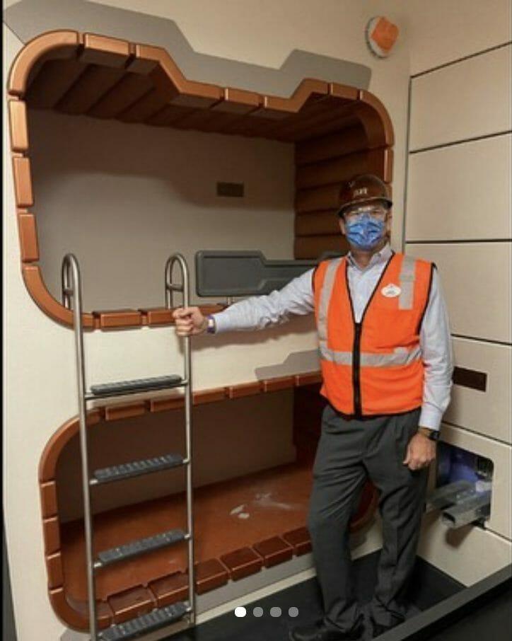 Jeff Vahle ao lado do beliche com duas camas que fazem parte de um dos tipos de cabine disponíveis a bordo da nave no novo hotel de Star Wars