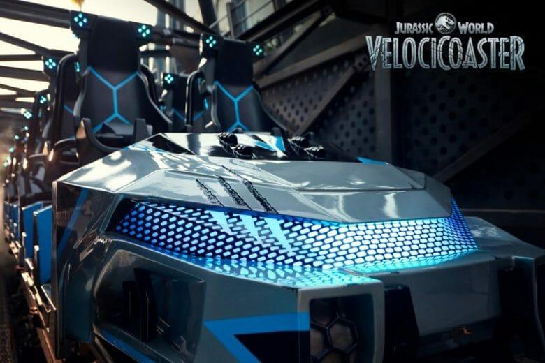 Fotos do carrinho da VelociCoaster. Ele tem detalhes e luzes azuis e marcas deixadas pelos dinossauros.