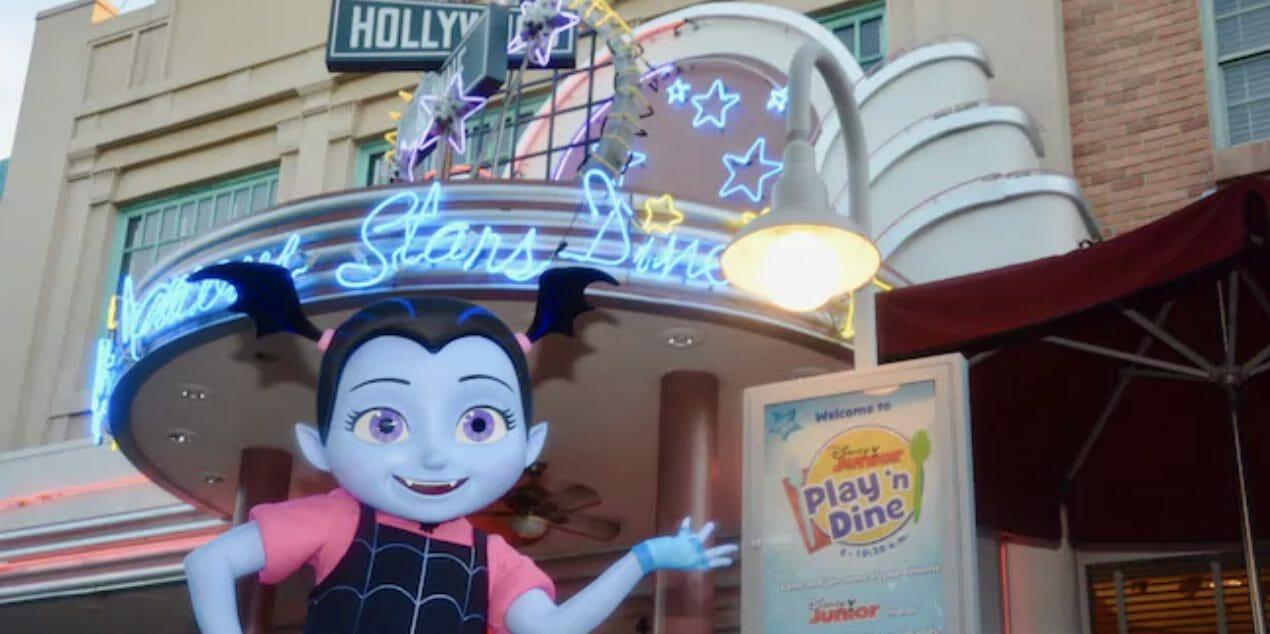 Foto da Vampirina em frente ao restaurante do café do Disney Junior. Foto: Disney