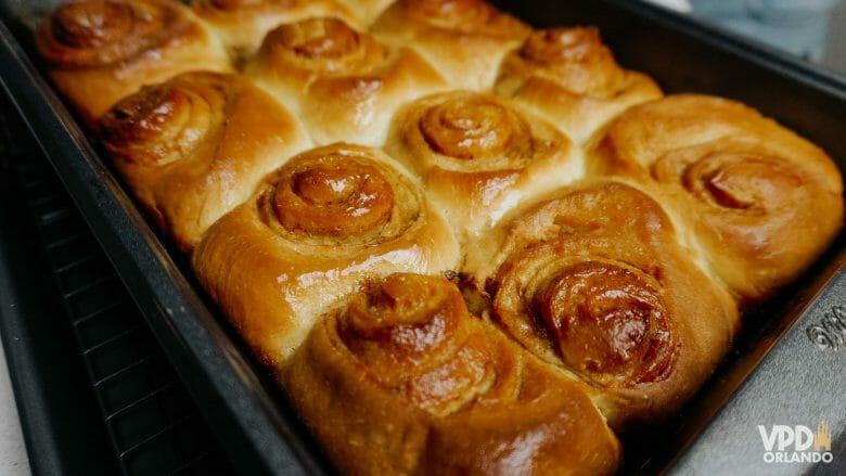 Imagem de 12 cinnamon rolls já assados.
