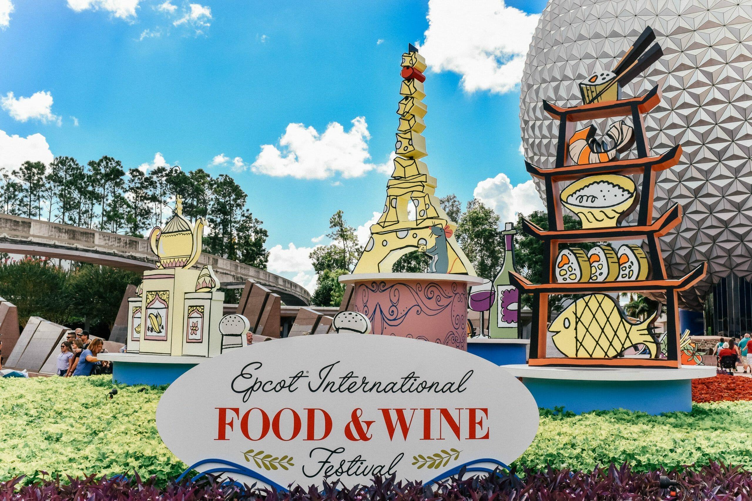 A imagem mostra a decoração do Food & Wine Festival no Epcot, com a Spaceship Earth ao fundo