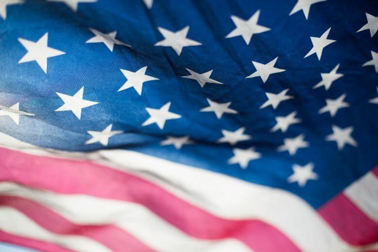 Foto de bandeira dos EUA. As restrições de viagem para brasileiros devem ser retiradas em breve.