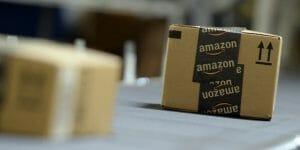 Caixas de entrega da amazon, em papelão com fitas pretas com o símbolo da loja