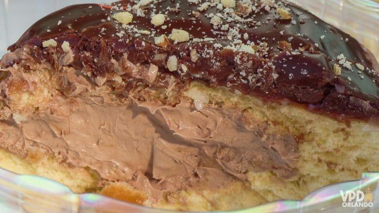Donut de nutella cortado ao meio, com recheio de chocolate e cobertura de chocolate