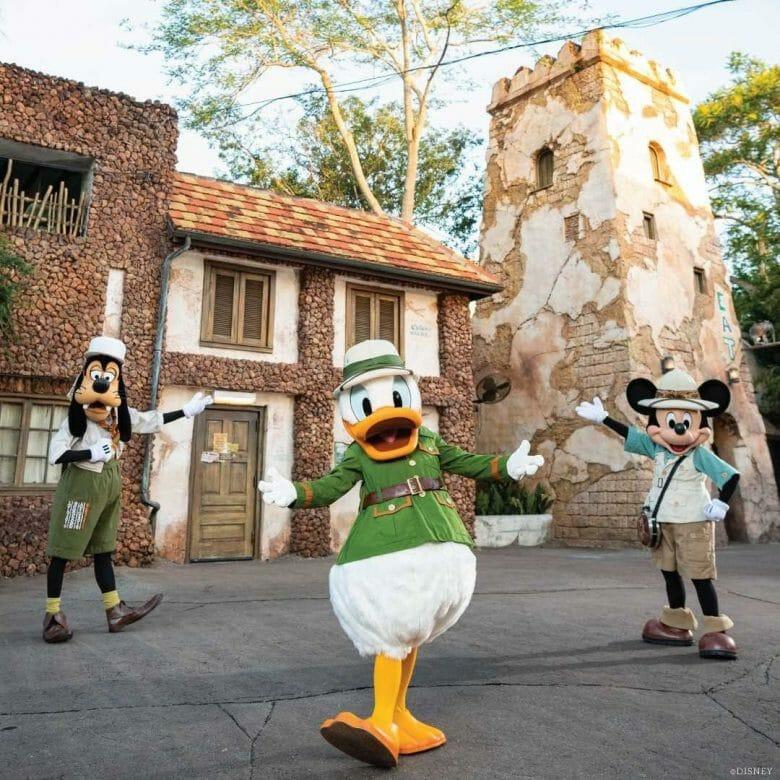 Pateta, Donald e Mickey em frente ao Tusker House com as roupas que usam na refeição