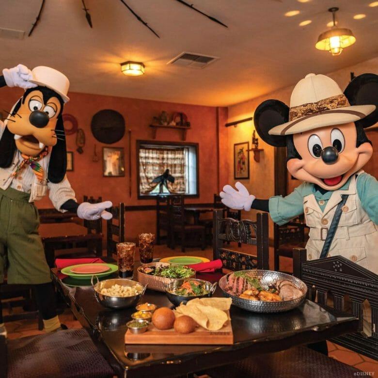 Mickey e Pateta no Tusker House no buffet
