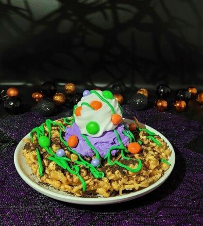Foto de um funnel cake com coberturas especiais de Halloween