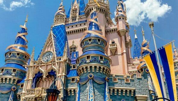 Disney volta a exigir uso de máscaras em áreas internas