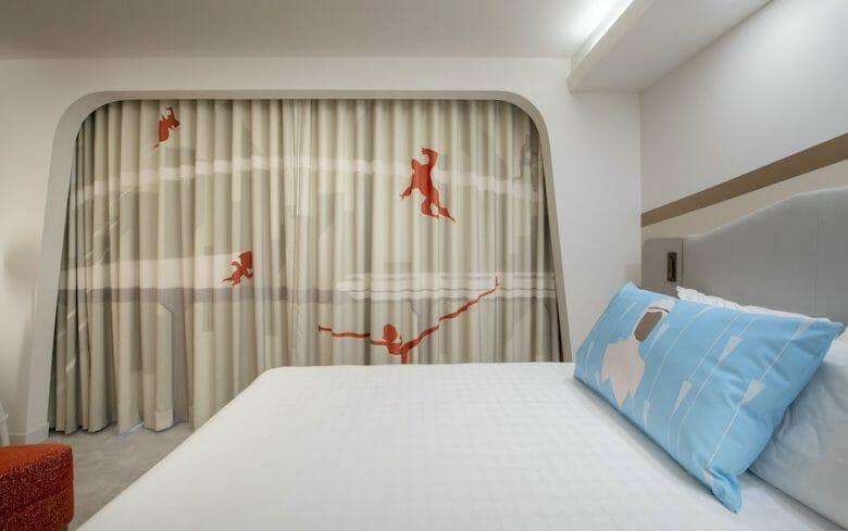 Detalhe da cortina dos quartos temáticos dos Incríveis no Contemporary. Ela é bege e traz a silhueta dos personagens em vermelho.