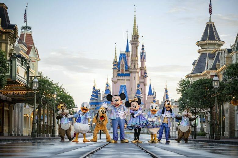 Mickey, Minnie, Pateta, Pluto, Margarida, Donald, Chip e Dale na Main Street do Magic Kingdom. O castelo está ao fundo e eles usam as roupinhas temáticas do aniversário de 50 anos da Disney.
