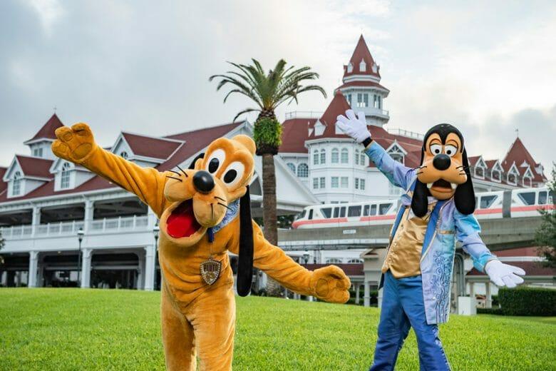 Pluto e Pateta em frente ao Grand Floridian com as roupas especiais da comemoração dos 50 anos