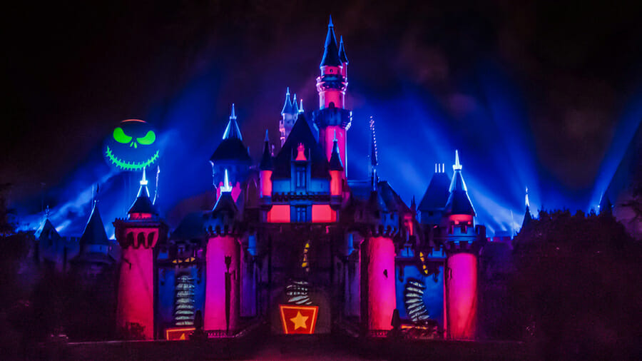 Castelo da Disneyland com iluminações e projeções especiais de Halloween
