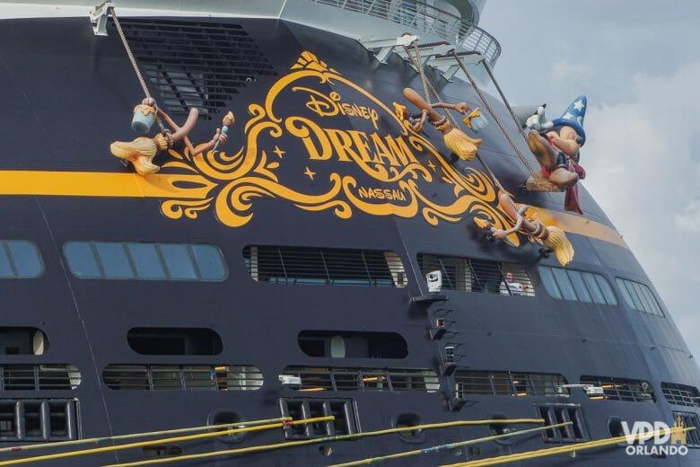 Foto do navio Disney Dream. Alguns personagens do filme Fantasia, como o Mickey Feiticeiro, estão pendurados.