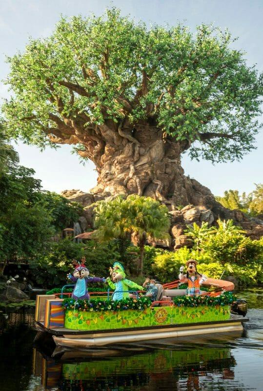 Barco com personagens no lago do Animal Kingdom, com a Árvore da Vida ao fundo.