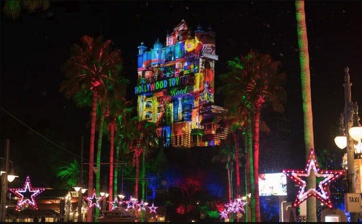 Projeção temática de Natal na Torre do Terror, que vai acontecer como parte das comemorações da Disney em 2021.
