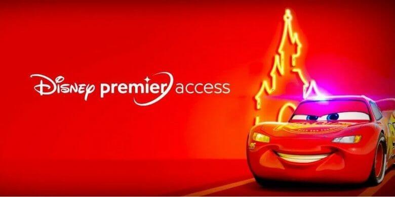 Divulgação do Disney Premier Access, com a silhueta do castelo ao fundo e o Relâmpago McQueen à frente sobre um fundo vermelho.