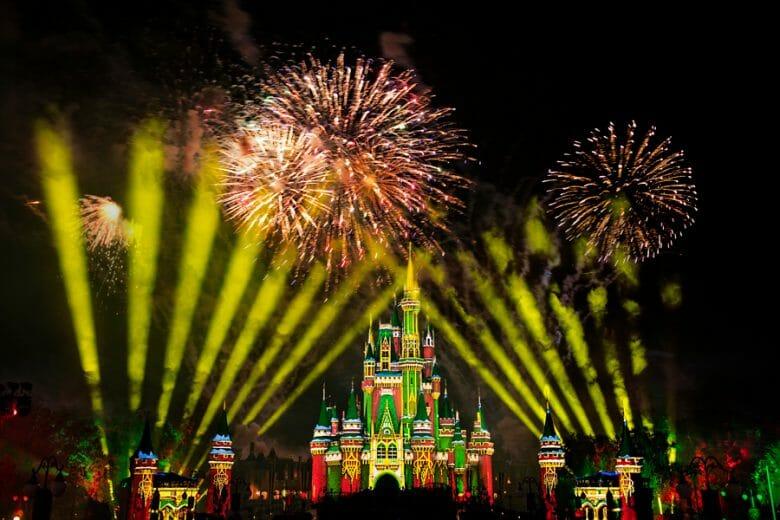Imagem dos fogos de Natal no castelo da Cinderela, nas cores verde e vermelho. O show vai acontecer no Very Merriest After Hours.