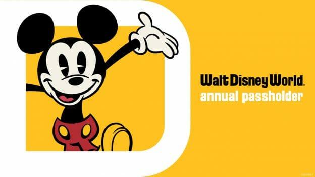 Imagem com o logo do programa de Passes Anuais da Disney, com o Mickey sorrindo em um fundo amarelo