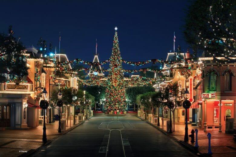 Imagem da Main Street da Disneyland Califórnia toda decorada de Natal, com uma árvore bem grande.