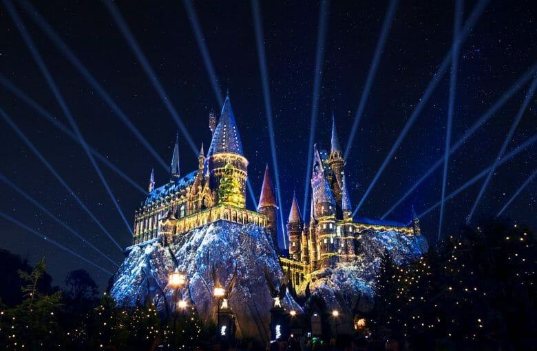 Foto de projeções temáticas de Natal no Castelo de Hogwarts, que fica no Islands of Adventure dentro do complexo da Universal