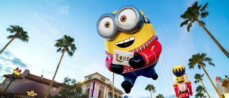 Balão de Minion flutuando durante a parada da Macy's na Universal